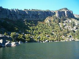 Visitas guiadas a la Casa del Parque de la Laguna Negra y rutas interpretativas.