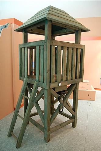 Una torreta de vigilancia y la radio que oiremos funcionar