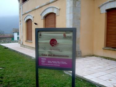 Cartel de la entrada a una de las Casas del Parque (Ojo Güareña. Burgos)